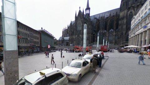 1.000 MENN: Her, på plassen utenfor Köln togstasjon i Tyskland, ble mange møtt av en stor gruppe menn som «tok på dem overalt» nyttårsaften.
