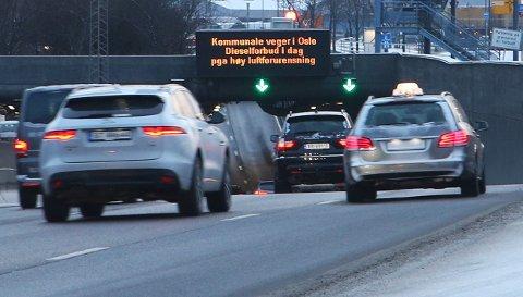 Varselskilt over E-18 ved Hjortnes i Oslo viser at på grunn av akutt luftforurensing er det innført et generelt forbud mot å bruke dieselbiler i hovedstaden vinteren 2017