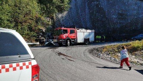 FEM OMKOM: Alle i bilen omkom da en bil med fem personer kjørte av fylkesvei 651 og inn i en fjellvegg i Telemark.