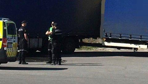 UNDERSØKELSER: Politiet gjennomfører undersøkelser på stedet etter ulykken. FOTO: HELLE KARTERUD (ROMERIKES BLAD)