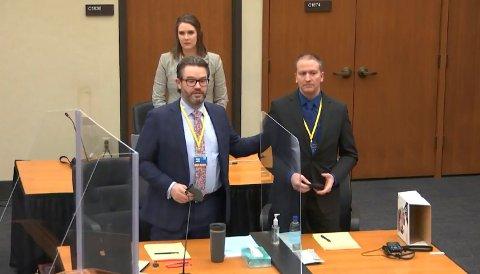 KLAR FOR RETTSAK: Den tidligere politimannen Derek Chauvin (t.h.) og hans forsvarer Eric Nelson i retten i Minneapolis da juryutvelgelsen ble fullført i forrige uke.