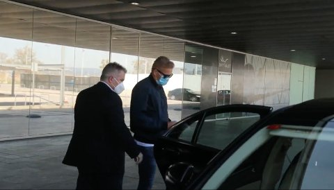 AVBILDET: Dette bildet skal vise Alfie Haaland på plass i Barcelona på vei inn i en ventende bil