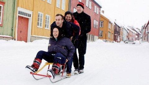 EKSOTISK: Otilia Dias, Lita Lucas og Vitor Brito fra Portugal bruker Røros-oppholdet til å prøve spark for første gang, med sin norske venn Carl Lie som guide.
