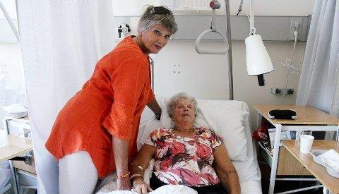 Utslått: I forrige uke ble 82 år gamle Synnøve Grauer operert for lårhalsbrudd etter at hun fikk et ublidt møte med karuselldøra på Bodø lufthavn. - Er det slik at eldre mennesker ikke kan gå gjennom disse dørene? spør dattere Brit.