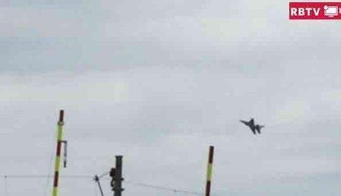 DRO PÅ: Beboerne rundt Kjeller på Romerike opplevde at F16-flyet dro på over hustakene. Bildet er hentet fra videoen nederst i saken.