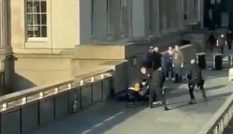 STENGT: London Brigde ble fredag ettermiddag stengt etter et knivangrep. Store politistyrker rykket ut til broen - og skjøt gjerningsmannen.