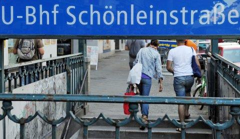 Sju ungdommer ble tirsdag siktet for drapsforsøk etter å ha sittet i lange avhør hos tysk politi. De er siktet for å ha sette fyr på en hjemløs mann på denne t-banestasjonen i Berlin. Arkivfoto.