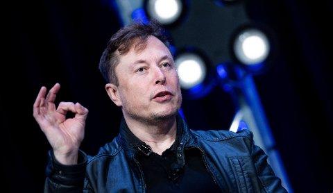 I HARDT VÆR: Elon Musk har fått ros for å snu Tesla-fabrikken om for å produsere livsviktig utstyr. Nå trosser han lokale myndigheter for å gjenåpne fabrikken.