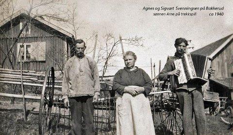 Mannen til venstre er Sigvart Svenningsen (1869-1944) som nok drev Bakkerud før krigen. Han var opprinnelig husmann på «Enden», en plass litt sør for Bakkerud. Damen er Agnes Svenningsen (1871-1952) kona til Sigvart. Hun var Espen Carlsens bestemors søster. Agnes og Sigvart fikk 12 barn. Han som spiller trekkspill er sannsynligvis deres yngste sønn Arne (1914-1988). Arne og kona Gudrun var de siste som bodde på Bakkerud før stedet ble ekspropriert og de fikk tildelt ny leilighet i en blokk rett ovenfor Bakkerud i Lambertseterveien. Foto lånt av Espen Carlsen.