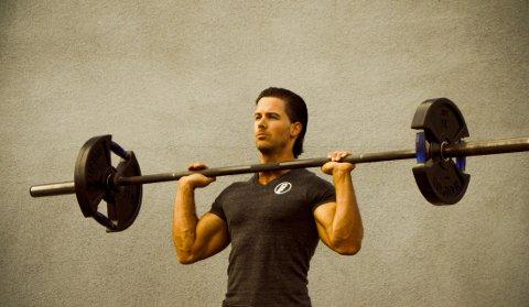 """Det er klart for uke seks i Cornelis Elanders treningsserie """"Årets beste treningsprogram"""". Denne gangen gir treningseksperten deg oppskriften på hvordan du kan oppnå Brad Pitts berømte """"Fight Club""""-kropp."""