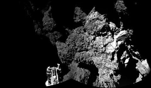 VELKOMMEN TIL KOMETEN: Dette er et historisk foto. Torsdag mottok ESA de første bildene av landingsfartøyet Philae som står relativt støtt på kometen 67P.