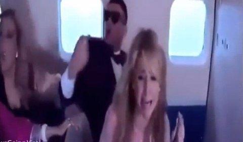 REDD: Det er ingen tvil om at Paris Hilton var redd under flyturen. Gikk bare spøken litt lenger enn hun hadde regnet med? Foto: Screengrab