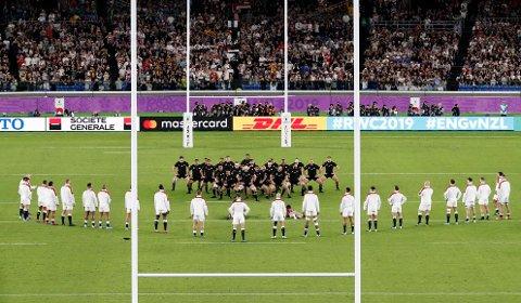 England er bøtelagt etter at spillerne stilte i V-formasjon under New Zealands haka før VM-semifinalen i rugby union, noe som nevnes blant forklaringene på den engelske sjokkseieren. Foto: Kyodo News via AP / NTB scanpix