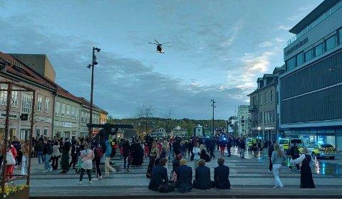 Politiet kalte inn helikopter for å roe gemyttene på Stortorvet i Fredrikstad 17. mai.
