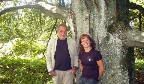 IKKE LANGT FRA STAMMEN: Forfatterne Jon Michelet og Tania Michelet ved blodbøka i Jons hage på Larkollen ved Moss.