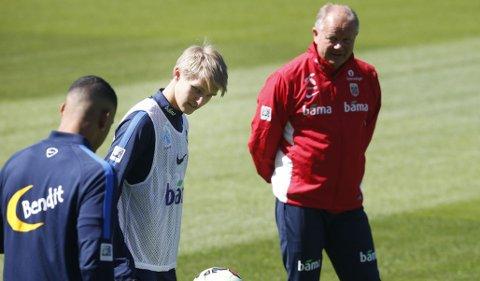 FLEIPET: Martin Ødegaard var i godt humør på landslagstrening onsdag.