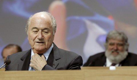I HARDT VÆR: FIFA og tidligere president Sepp Blatter har vært i hardt vær den siste tiden. Tirsdag denne uken valgte sveitseren å tre av som FIFA-president, kun fire dager etter at han ble gjenvalgt til sin femte periode på tronen i Det internasjonale fotballforbundet.