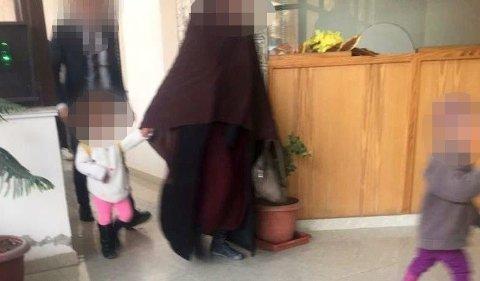 PÅ VEI UT: På dette bildet kommer IS-kvinnen på 29 år over grensen fra Syria til Irak sammen med sine to barn. De blir eskortert av kurdiske myndigheter.