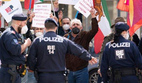 Demonstrasjoner utenfor hotellet i Wien der det holdes forhandlinger med Iran om atomavtalen. Foto: Florian Schroetter / AP / NTB