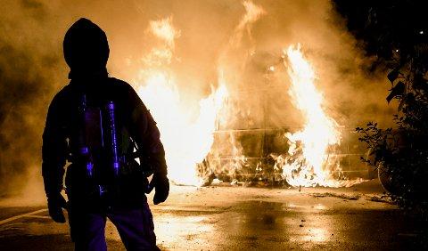 Brannvesenet på plass for å slukke en brennende bil i Arkitektgatan i Malmö natt til tirsdag. Sverige har siden juli vært rammet av en bølge av bilbranner.