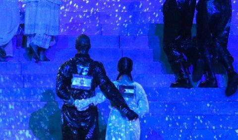 PALESTINSK FLAGG: Den norske danseren Mona Berntsen hadde et palestinsk flagg på ryggen under Madonnas opptreden under Eurovision Song Contest-finalen lørdag kveld. (Photo by Orit Pnini / KAN / AFP)