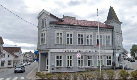 Kvinnen ble funnet i et rom i Hotel Olav Digre i Sarpsborg.