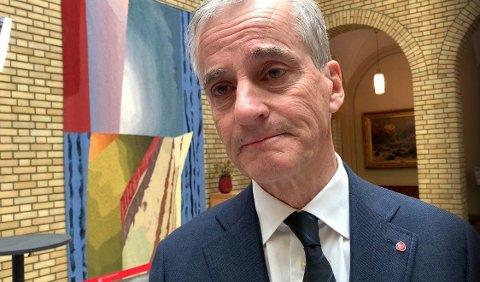 PREGET: En gråtkvalt Støre var tydelig preget av nyheten om Hans-Christian Gabrielsen bortgang da han møtte Nettavisen i Stortinget tirsdag ettermiddag.