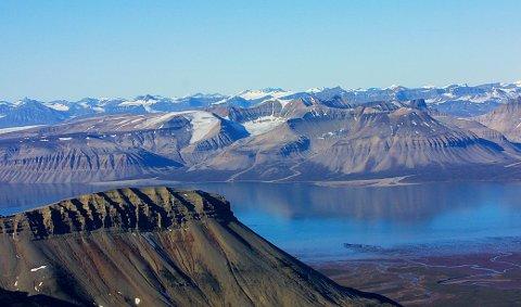 Det arktiske steppelandskapet i Wijdefjorden. I dette området døde en isbjørn under merking i september. Foto: Jan-Morten Bjørnbakk / NTB scanpix