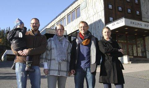 FRYKTER TRAFIKKEN: Steinar Bjørnerud (f.v.) med sønnen Axel (snart 3), Hege Almerud i Disen vel, Jon Evang og Alett Bjaaland er bekymret for trafikksituasjonen i Årvollveien.