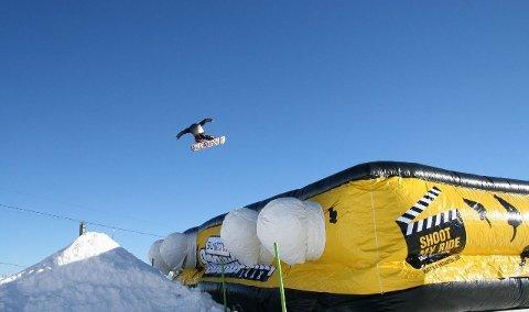 MYK LANDING: Denne typen luftmadrasser har blitt populære i mange skianlegg. Meningen er at alpinistene skal kunne lande lande mykt og trygt etter halsbrekkende hopp. Illustrasjonsfoto.