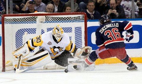 STRAFFEBOM: Mats Zuccarelloprøver seg for New York Rangers, men får ikke pucken forbi Pittsburgh-målvakt Matt Murray (30).