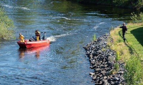 DRUKNET: Det ble satt i gang en omfattende leteaksjon, etter at en mann i 30-årene falt i elva ved Tippen i Hønefoss onsdag ettermiddag. Mannens liv sto ikke til å redde.
