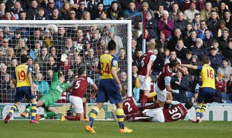 MATCHVINNEREN: Her skyter Aaron Ramsey ballen hardt opp i krysset, og det ene målet sikrer tre poeng for Arsenal mot Burnley.