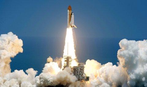 FRYKTER KATASTROFER: NASAs romferge Atlantis under sin siste oppskytning med USAs romfergeprogram. En høytstående NASA-ansatt frykter at farene ved den nye teknologien som skal erstatte romfergeprogrammet ties ihjel.