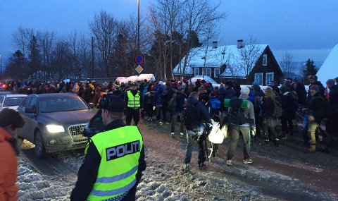 KAOS: Det er kaos i Holmenkollen etter skifestivalen lørdag ettermiddag. Politiet melder om at gjerder rives ned og at folk slåss både med hverandre og med politiet.