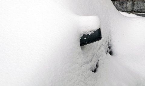 SMART: Det er gull å ha en liten spade i bilen når bilen din har snødd ned.