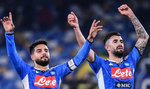 Lorenzo Insigne (t.v.) og Elseid Hysaj jubler etter Napolis 2-1-seier mot Juventus på hjemmebane i forrige serierunde.