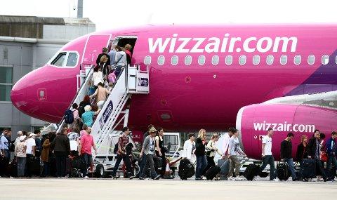 OMSTRIDT: Wizz Airs inntreden i norsk innenlandstrafikk har skapt omfattende protester og utløst flere boikottvedtak. Nå varsler flyselskapet søksmål mot boikotterne.