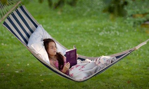 Mang en bok har blitt lest gyngende fra ei hengekøye.