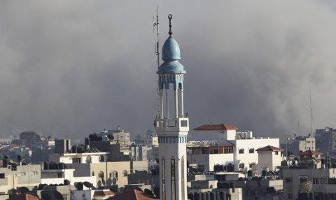 UNDER ILD: Røyk stiger over Gaza by etter et israelsk luftangrep. (Illustrasjonsbilde)