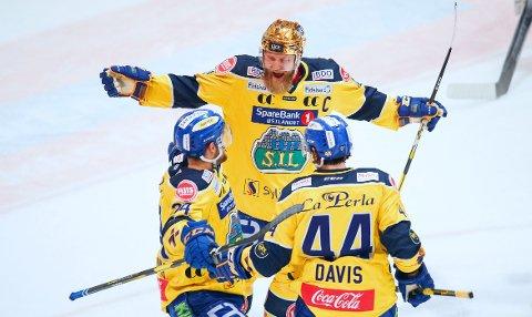 TOMÅLSSCORER: Storhamars Aaron Irving (til venstre) sto for to av scornigene da Storhamar sendte hjem Stavanger Oilers med et klart nederlag i lagenes første semifinale.