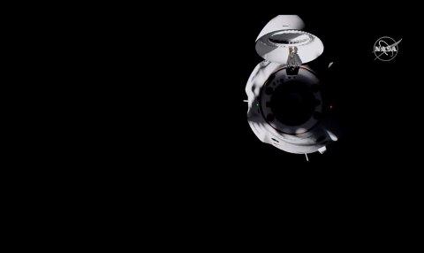 Bilder fra NASA TV viser romkapselen Dragon fra SpaceX som nærmer seg Den internasjonale romstasjonen (ISS). Foto: NASA TV via AP / NTB