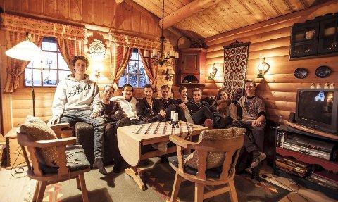 Thor Håkon Ulstad, Nicolas Jara Marthinsen, Paul Pacoma Sørensen, Kim Erik Strøm, Martin Hoelsæther, Adrian Dovran, Eivind Tveten, Thea Emilie Martnes og Herman Hjelkrem. Skuespiller Camilla Botten var ikke tilstede da bildet ble tatt.