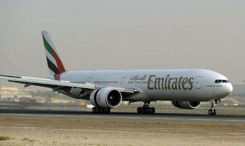 Flyvertinnen falt ut av en nødutgang i et fly av type Boeing 777 (arkivbilde).