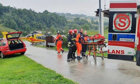 DØDSFALL: Flere redningshelikoptre og biler dro til stedet etter at flere personer skal ha dødd som følge av lynnedslag.
