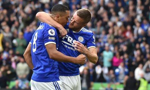 Youri Tielemans (t.h) og Jamie Vardy scoret begge i oppgjøret mot Manchester United lørdag. Foto: Rui Vieira / AP / NTB