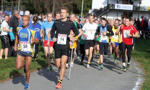 Mange: Bølers Marcus Mauricio Knudsen (venstre) ble nummer to på 5 km med tiden 17,16. Her leder han ut fra start på Haraløkka.