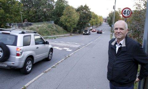 Roy Hagen bor i Åssiden Terrasse og liker dårlig at farten i Lambertseterveien ofte er raskere enn de 40 km/t den er skiltet for. Bedre merking, fartshumper og radarkontroller vil sikre de myke trafikantene, mener han.
