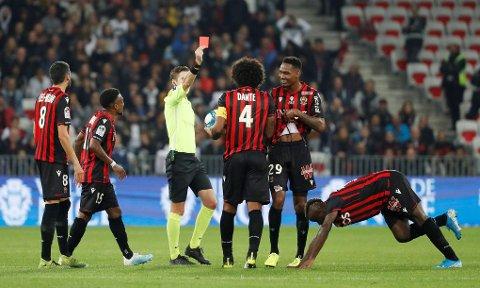TO RØDE: Her blir Nices Christophe Herelle vist det røde kortet. Like før ble lagkompis Wylan Cyprien sendt av banen.