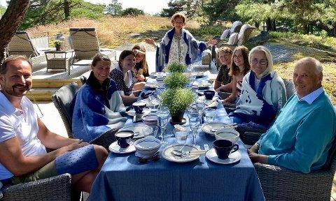 DELTE PRIVAT BILDE: Her er hele kongefamilien samlet ved kongeparets sommersted Mågerø. Foto: Kongehuset